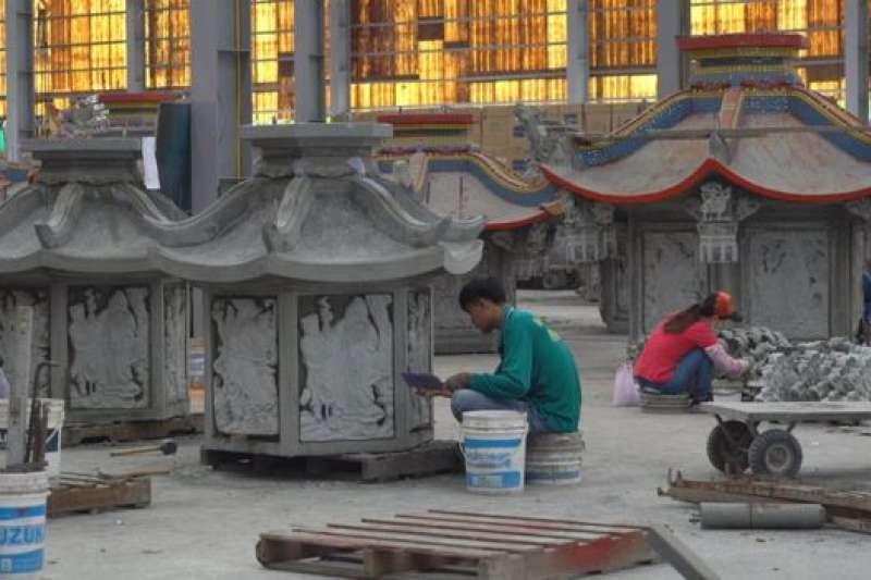 專業化分工的員工們正在造廟。(BBC中文網)