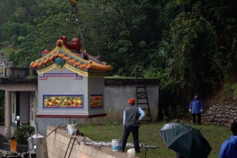 詹太太訂購的土地公廟運送到定點之後,要使用吊車安座。(BBC中文網)