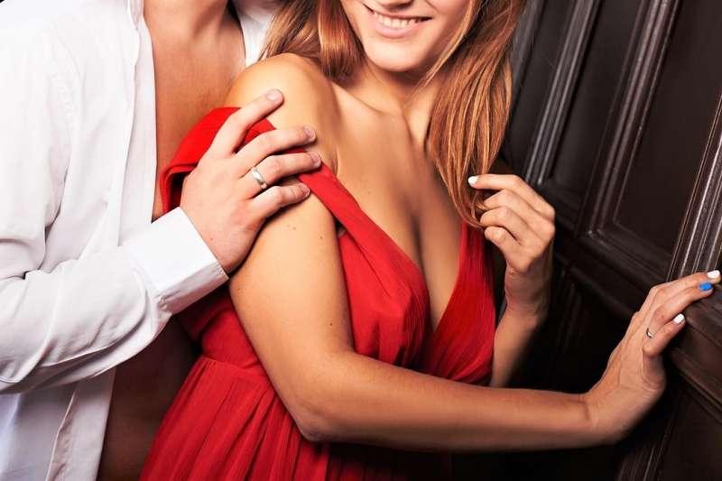 穿紅色,真的能比較增進情趣嗎?(圖/pixabay)
