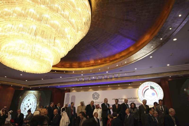 科威特、伊拉克、聯合國、歐盟和世界銀行12日在科威特舉行國際重建會議。(美聯社)
