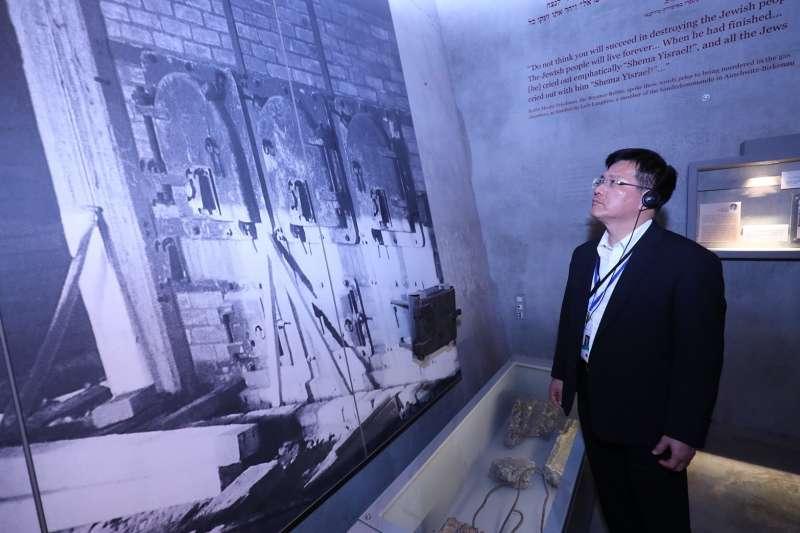 台中市長林佳龍與各國市長參訪以色列猶太人大屠殺紀念館,期待這段慘痛歷史幫助台灣轉型正義有所啟發,也不會在地球任何地方再發生。(圖/台中市政府提供)