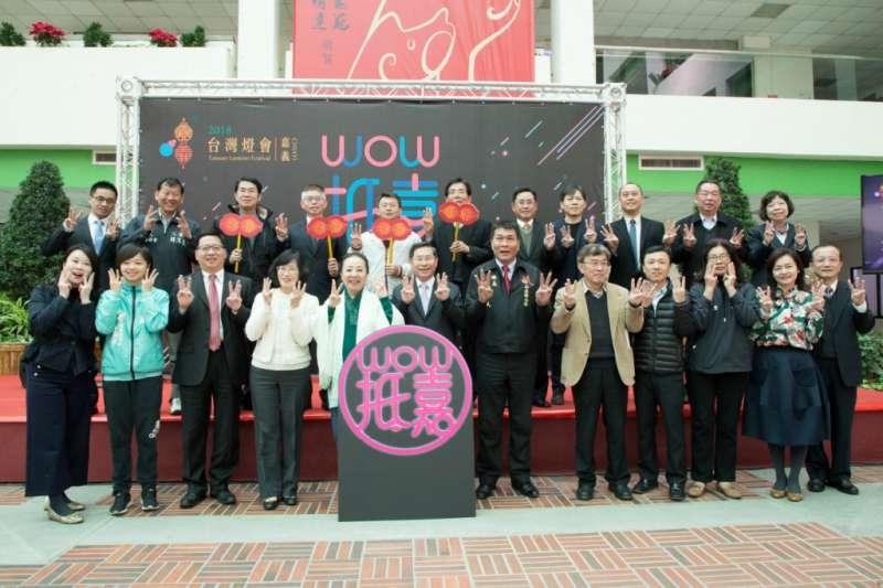 「2018台灣燈會-國際暨友誼城市燈區」記者會上,各城市代表一同合影,宣告各國內外城市「WOW抵嘉」的友好情誼。(圖/嘉義縣政府提供)
