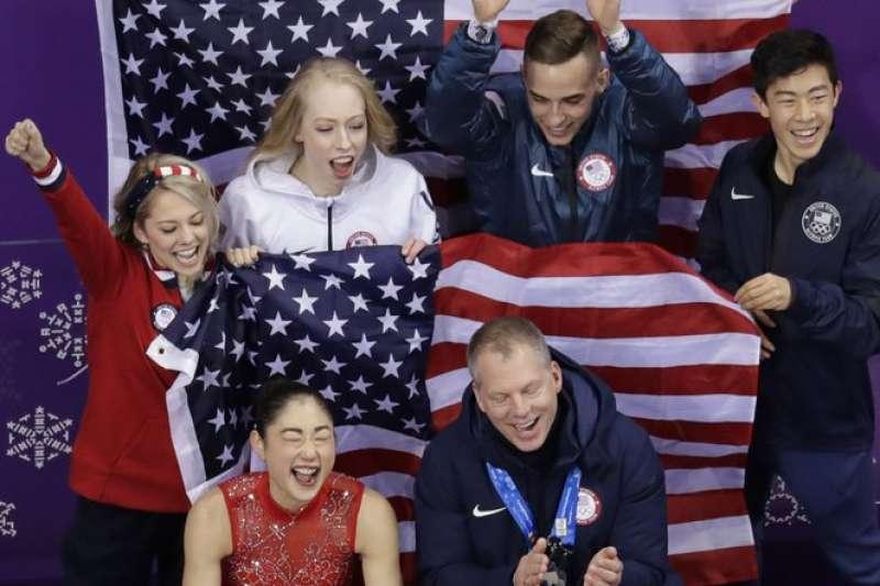 美國花式滑冰選手長洲未來(前排左一)在完成「三周半」後,仍激動萬分。(AP)