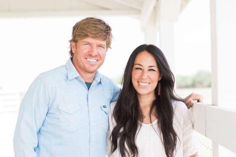 美國HGTV頻道裝修實境秀節目《待修閣樓》(Fixer Upper)的主持人Chip and Joanna Gaines夫婦。(圖/取自HGTV Canada@facebook)
