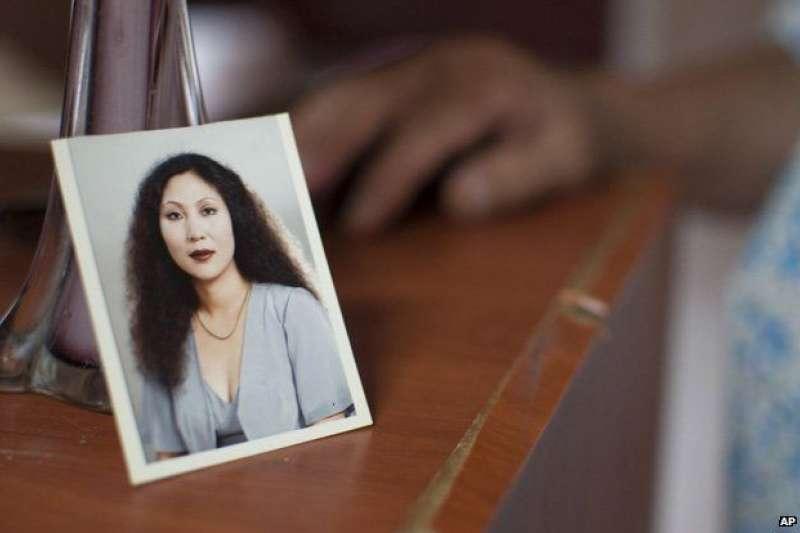 那張年輕女人的照片:年輕時的張春麗。她曾在基地村作性工作者20年。(BBC中文網)