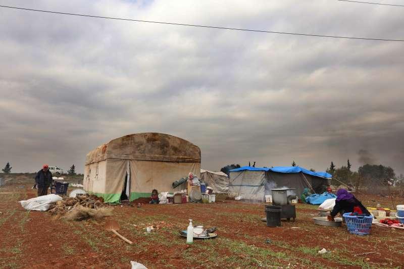 為了逃離敘利亞西北部密集空襲,第一波國內流離失所者在伊德利卜省公路邊臨時扎營。戰爭已迫使超過21萬人離開家園。© Omar Haj Kadour/MSF