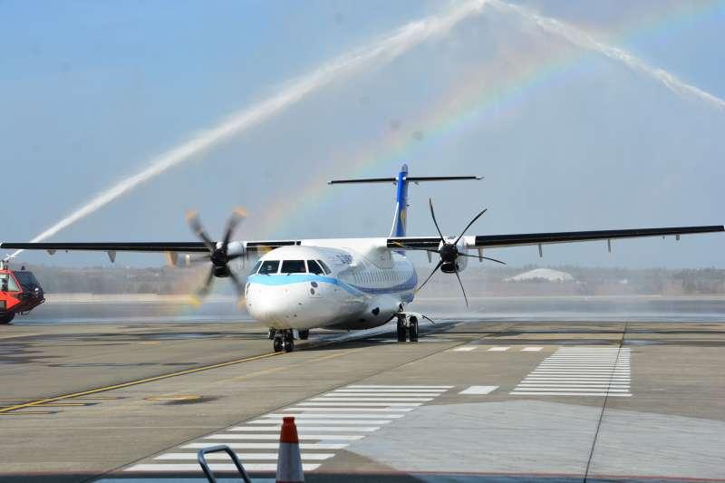 華信航空ATR新機首航,加入澎湖春節交通運輸。(圖/澎湖縣政府提供)