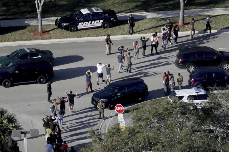 2018年2月14日,美國佛州南部城市帕克蘭(Parkland)一所中學發生校園槍擊案,死傷慘重(AP)