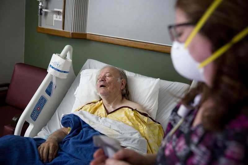 流感疫情肆虐美國,至今已造成約1萬人死亡、18萬人住院。(AP)