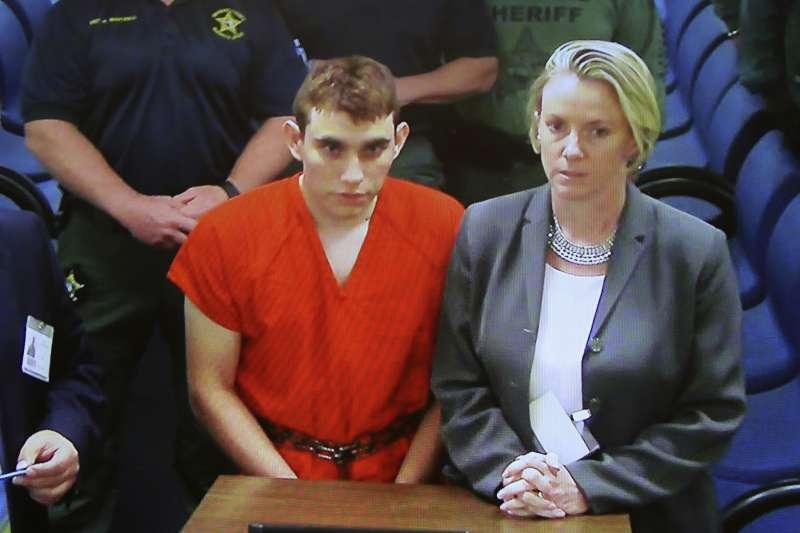 犯下佛羅里達州帕克蘭校園槍擊案的兇嫌克魯茲(左)(美聯社)