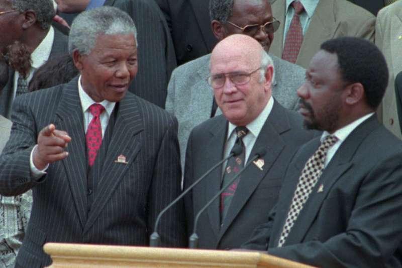 南非首位黑人總統曼德拉(左)、副總統戴克拉克(中)及時任制憲大會主席拉馬福薩(AP)