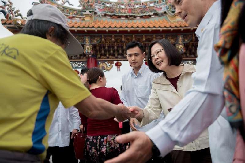 總統蔡英文至台東天后宮發送新年福袋。(取自總統府)
