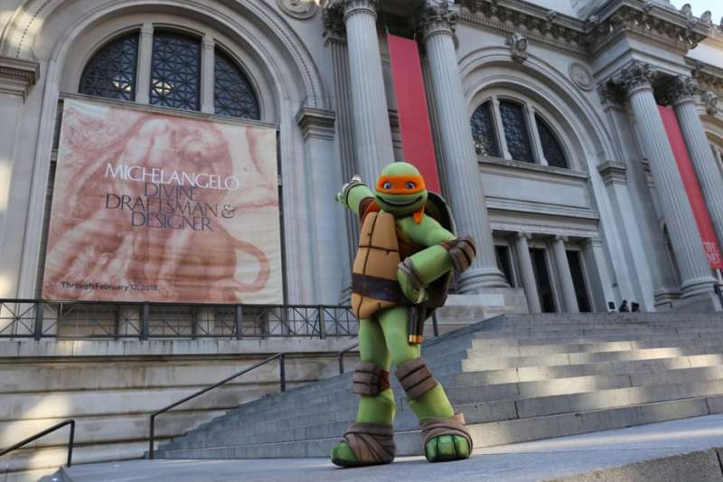 美國紐約市「家庭大使」忍者龜中的「米開朗基羅」前往大都會藝術博物館觀賞米開朗基羅展覽(翻攝紐約大都會藝術博物館)