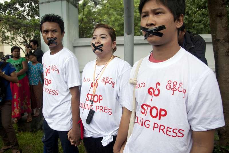 緬甸民眾聲援被捕的《路透》記者(AP)