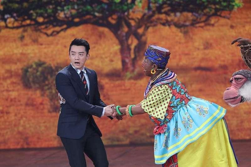 中國央視春晚《同喜同樂》小品中,導演婁乃鳴把自己混身塗黑扮非洲大媽,遭批種族歧視。(視頻截圖)