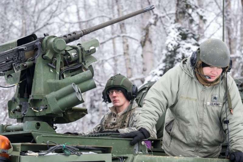 美國陸軍2018年2月16日在阿拉斯加州美軍基地冒著嚴寒練兵(美國國防部/美國之音)