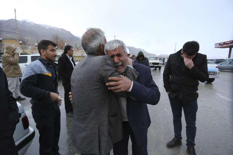 伊朗阿塞曼航空公司一架客機18日傳出空難悲劇,罹難者家屬趕赴現場,悲傷不已(美聯社)