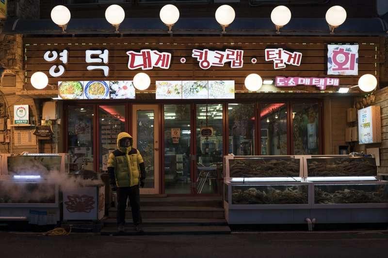 南韓平昌郡江陵市的ㄧ家餐廳。南韓政府耗資14兆辦冬奧,讓地方政府債台高築。(美聯社)