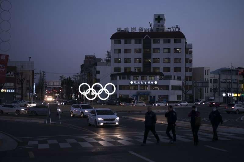 南韓平昌郡江陵市街頭的奧運五輪。南韓政府耗資14兆辦冬奧,讓地方政府債台高築。(美聯社)