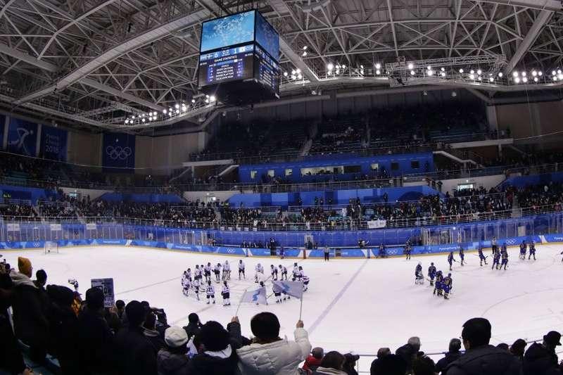 平昌冬奧球迷20日為兩韓女子冰球聯隊加油。(AP)