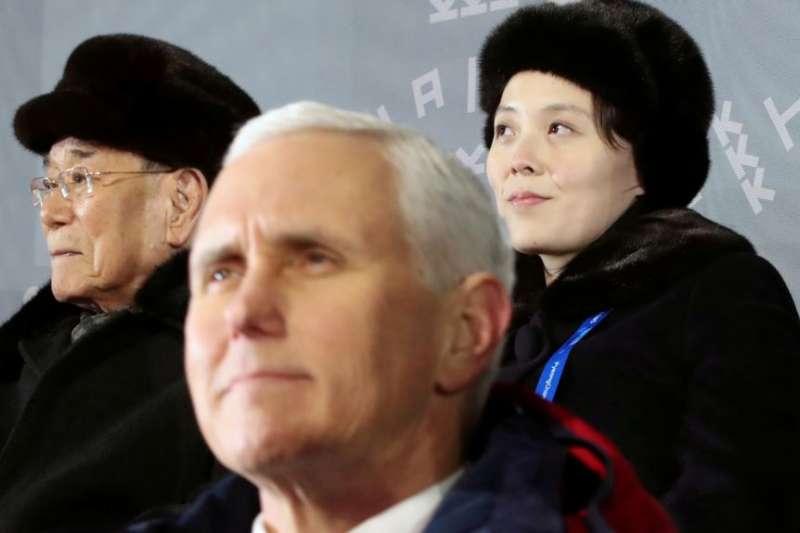 彭斯與朝鮮代表團領隊2018年2月9日出席冬奧會開幕式。(美國之音)