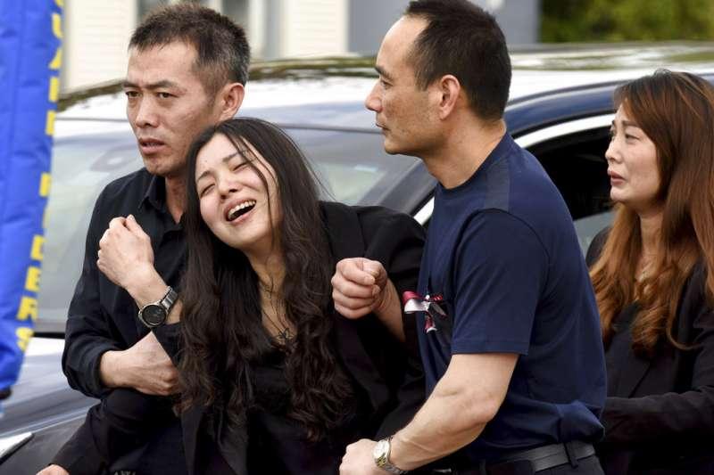 王孟傑的母親在參加兒子的追悼式後仍不斷哭泣,由親友攙扶才能離開。(美聯社)