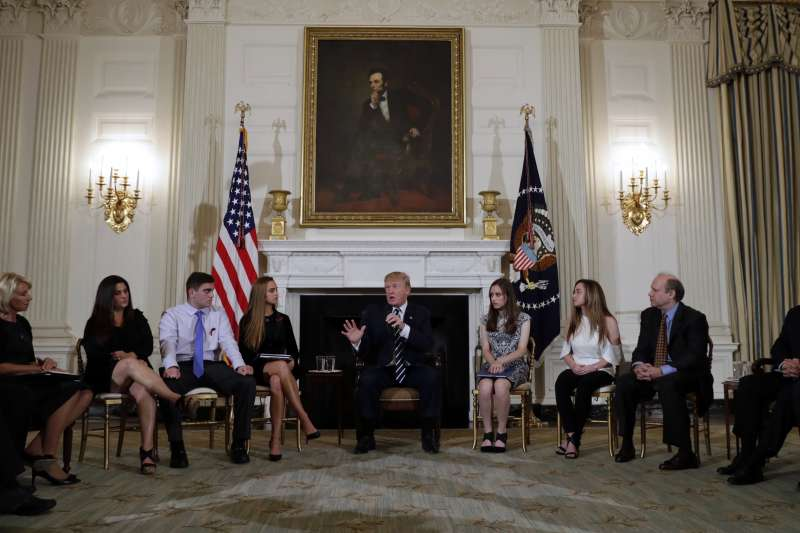 美國總統川普在白宮接見校園槍擊案罹難者家屬與倖存者,並提議讓教職員攜槍以阻止校園槍擊案(AP)