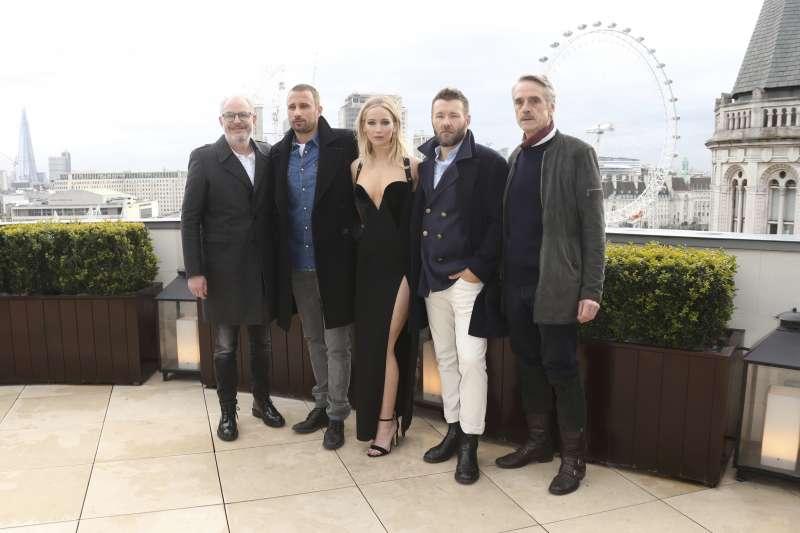 (從右到左)《紅雀》演員傑瑞米.艾朗斯、喬爾.埃哲頓、珍妮佛勞倫斯、馬提亞斯.修奈爾、導演法蘭西斯.勞倫斯(美聯社)