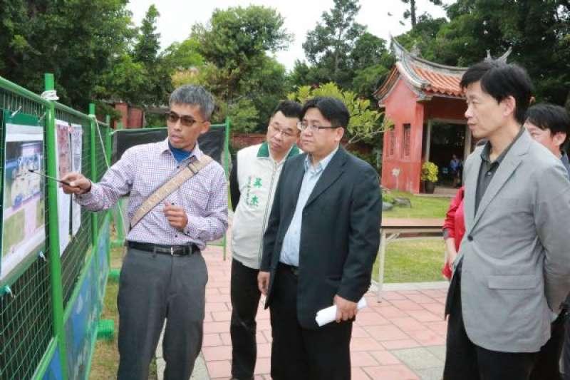 現任台南市政府秘書長的吳欣修(右二),將接任內政部營建署長。(資料照,取自台南市政府)
