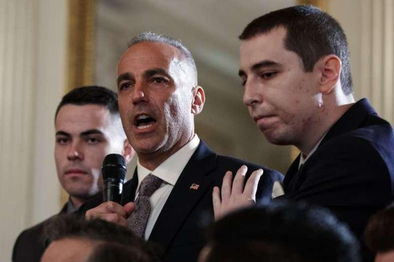 佛州高中槍擊案倖存者的父親,21日於白宮對川普提出建言。(AP)