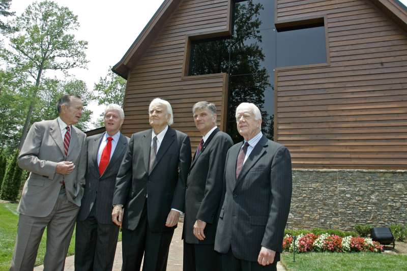 葛理翰與兒子葛福臨(右二)美國前總統尼老布希(左一)、柯林頓(左二)、卡特(右一)。(美聯社)