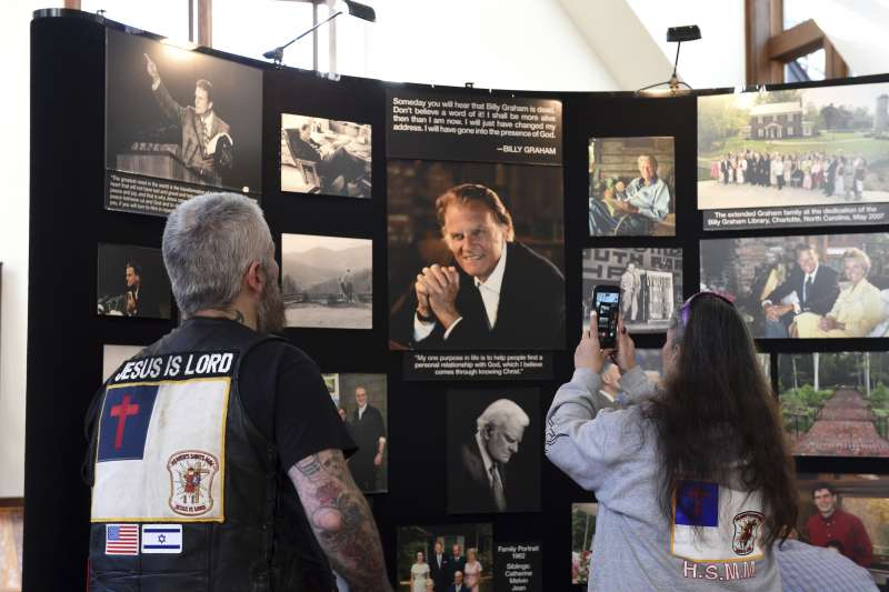 民眾到北卡羅來納州的葛理翰圖書館哀悼。(美聯社)