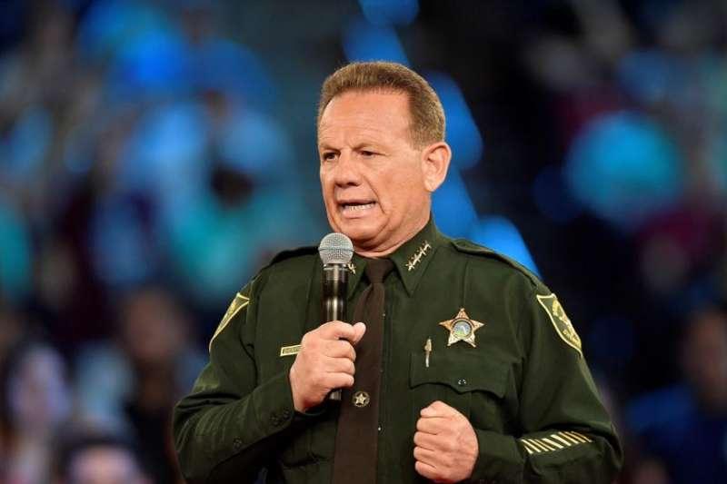 佛州布羅沃德縣治安官伊斯雷爾說校園槍擊案發生時,54歲的治安警察彼得斯待在學校建築外。(美國之音)
