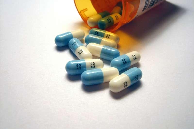 根據健保署資料庫的統計,近年國內抗憂鬱劑用藥人口快速大幅攀升,其用藥人口比例明顯與年齡成正比。圖為常見的抗憂鬱藥百憂解(Prozac)膠囊。(資料照,Tom Varco@Wikipedia / CC BY-SA 3.0)