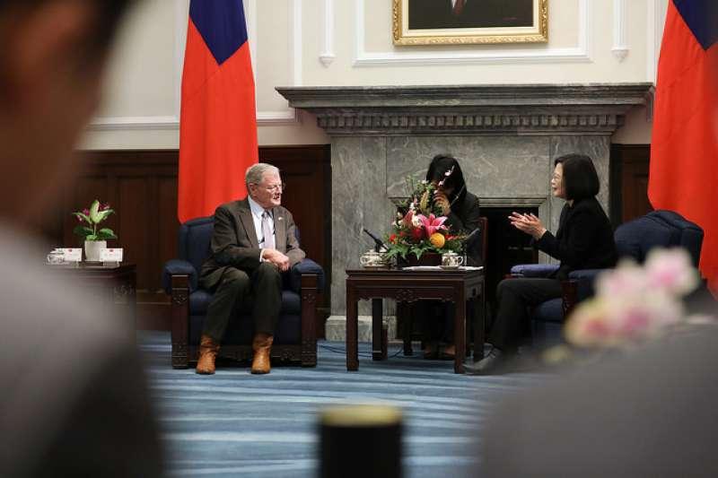 總統接見美國參議院「臺灣連線」共同主席殷霍夫及參眾議員訪問團,藉此機會感謝訪賓們長期以來在國防、國際事務以及高層互訪等議題上,大力支持臺灣。(中華民國總統府官網)