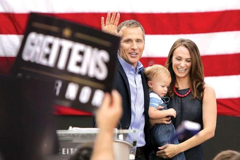密蘇里州州長格雷滕斯(左)競選州長時,與妻子希娜(右)帶著孩子參加造勢活動(美聯社)