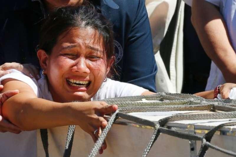 女菲勞Joanna Demafelis科國受虐死亡,遺體運回菲律賓,家人痛哭不已。(美聯社)