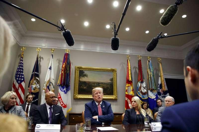 川普在白宮與聯邦及地方官員討論如何維持校園安全。(美聯社)