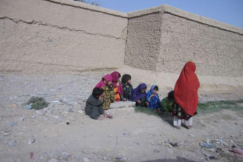 作者慨歎,在阿富汗那一場又一場的政治騙局下,無辜的人民,何時才能從騙局中掙脫?(作者提供)