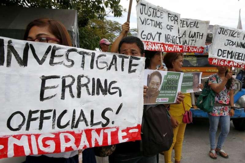 科威特菲勞屢屢遭到虐待,引發菲國國民不滿。民眾上街呼籲政府遭虐死的女菲勞德馬菲里斯(Joanna Demafelis)伸張正義。(美聯社)