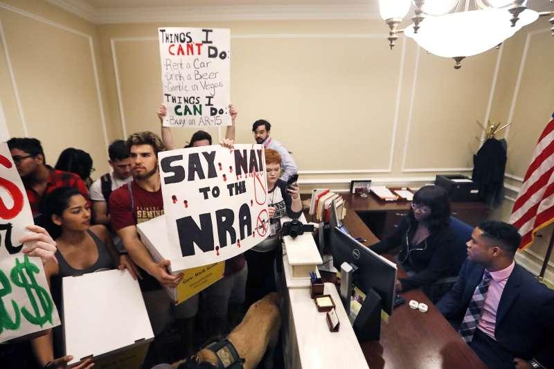 帕克蘭校園槍擊案造成師生慘烈傷亡,群眾於21日湧入佛州州長辦公室請願,呼籲政府改革槍枝管制規範。(AP)