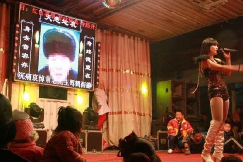 表演者在中國喪禮穿著性感,甚至表演脫衣,引發不少爭議。(BBC中文網)