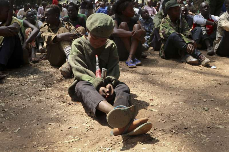 南蘇丹內戰連年,平民人權遭受嚴重侵害,許多孩童被綁架成為「娃娃兵」。(AP)