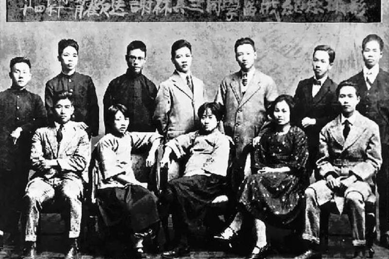 由上海大學派赴莫斯科留學前,謝雪紅(前排右二)與林木順(前排右一)等人合影留念。(取自維基百科)