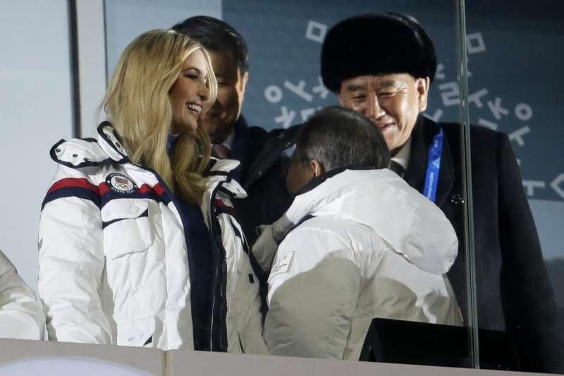 2018年2月25日,平昌冬奧閉幕式,美國總統川普長女伊凡卡與北韓統戰部長金英哲同席,南韓總統文在寅一一問候(AP)