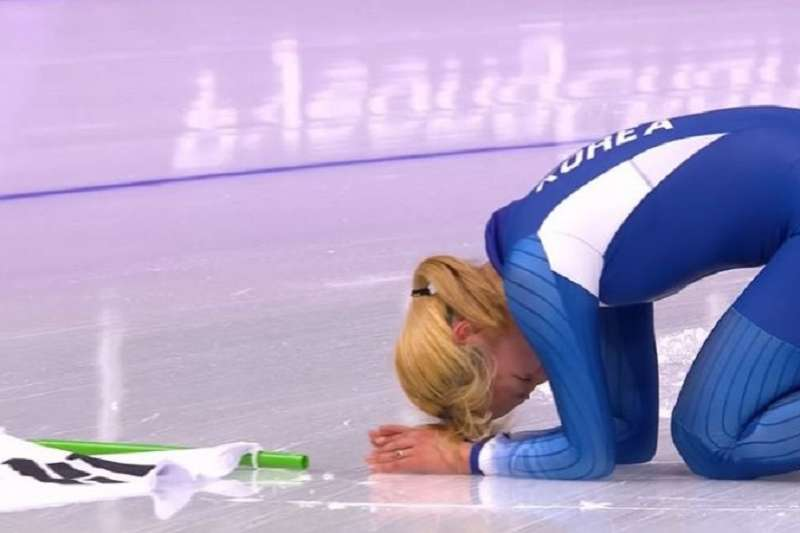 南韓金寶凜引眾怒,賽後下跪向國民致歉。(美聯社)