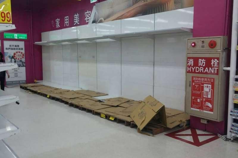 國內衛生紙預估3月中旬調整價格,許多民眾急著購買衛生紙囤貨,圖為架位被搶購一空的畫面。(資料照,取自新竹大小事臉書社團)