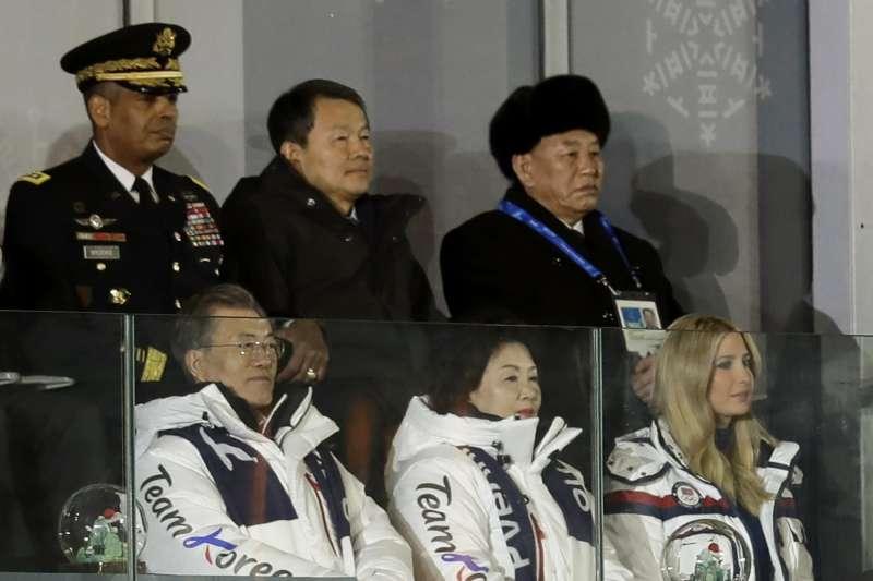 平昌冬奧閉幕式,南韓總統文在寅(前排左)、美國總統川普長女伊凡卡(前排右)、北韓統戰部長金英哲(後排左)同席(AP)