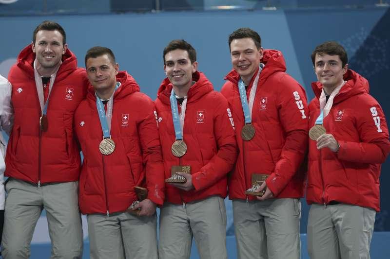平昌冬奧:瑞士冰壺運動員馬基(左1)正職是錶匠(AP)