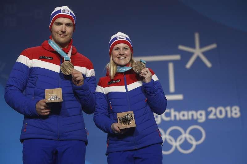 平昌冬奧:挪威冰壺選手斯卡斯利安與男友內德雷高特恩奪得銅牌(AP)